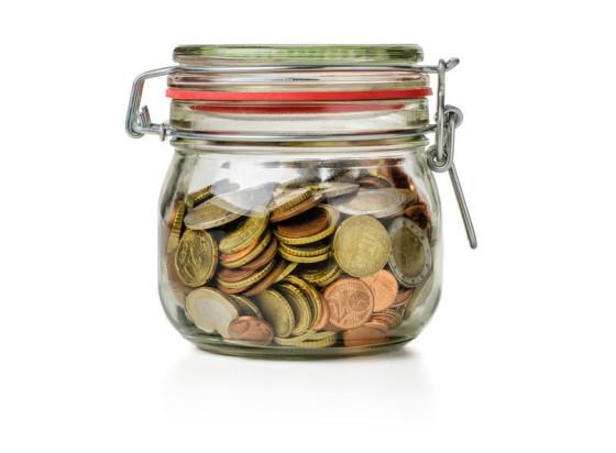 Einmachglas gefüllt mit Münzen