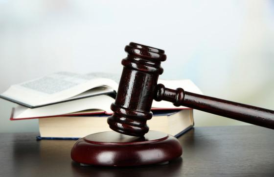 Gesetzbücher und Hammer